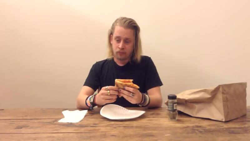 macaulay-culkin-eating-a-pizza