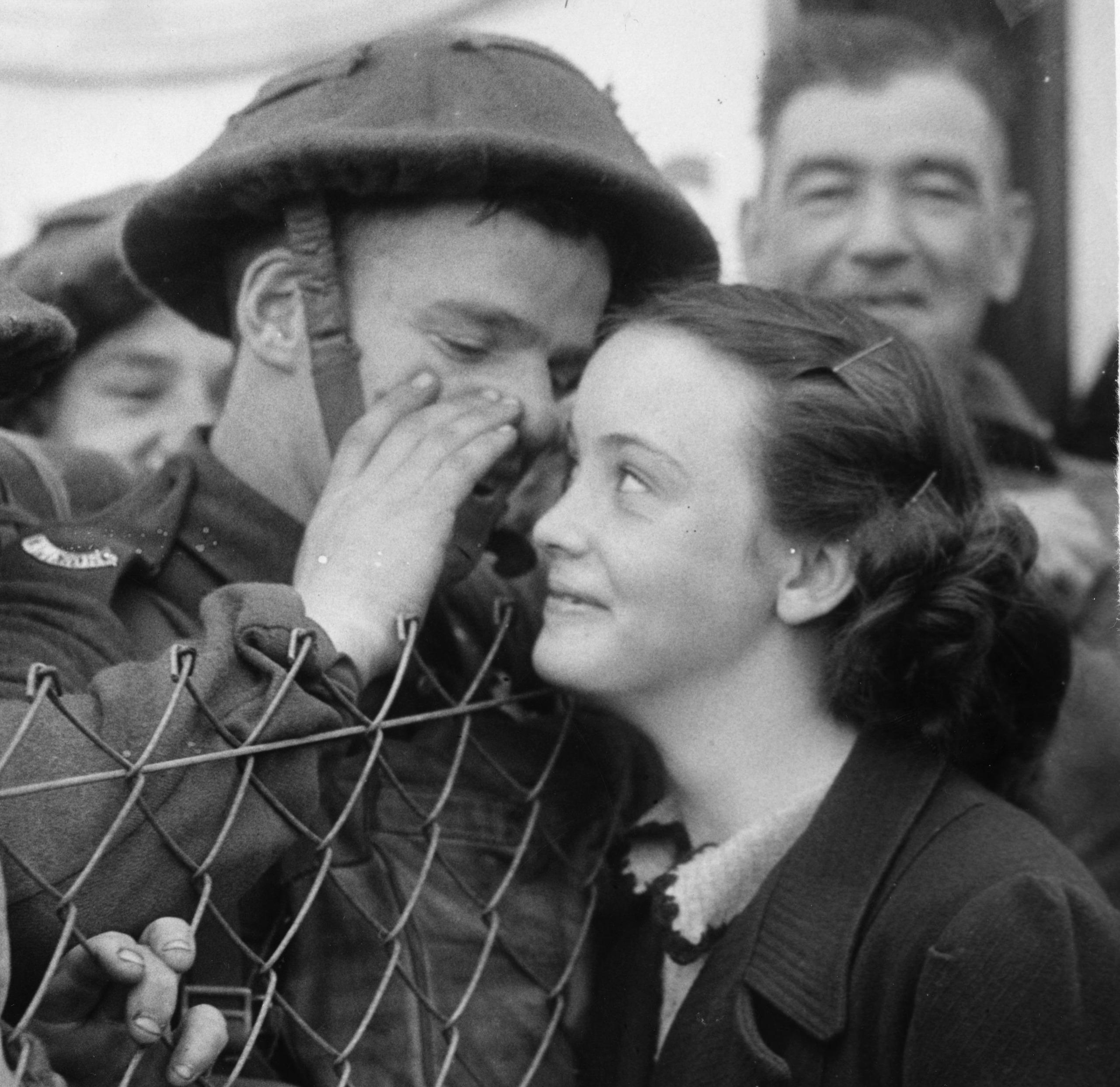 heartwarming-war-photos-6