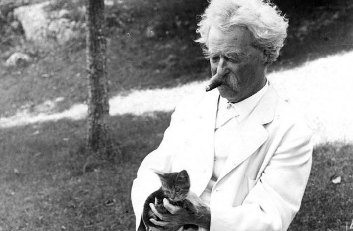 Mark Twain with his kitten 1907