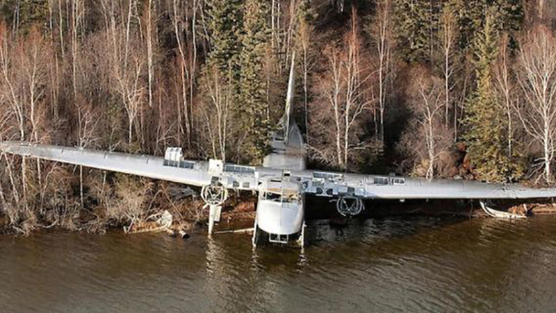 plane-crashed-edge-of-lake