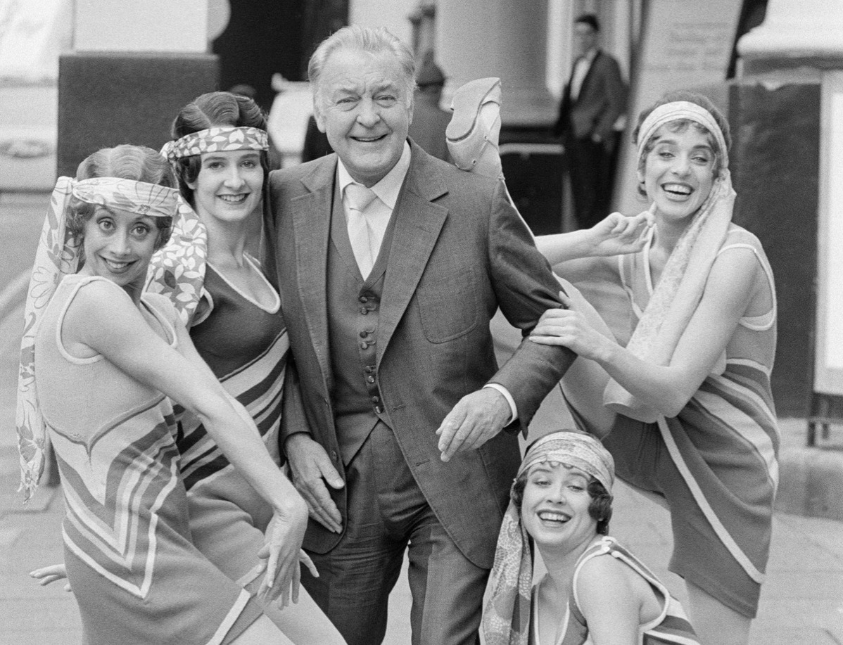 English actor Donald Sinden and cast members from the musical '42nd Street' outside the Theatre Royal, Drury Lane, 9th November 1984.