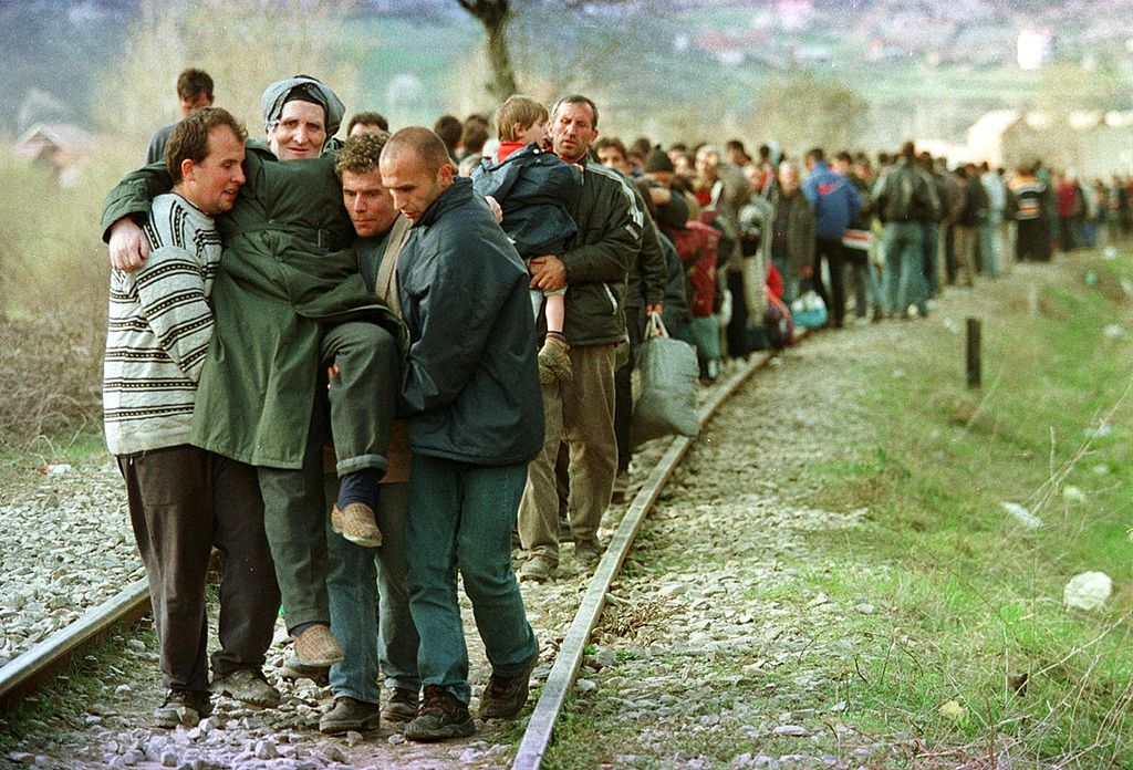 Ethnic Albanian refugees arrive by foot in Macedonia