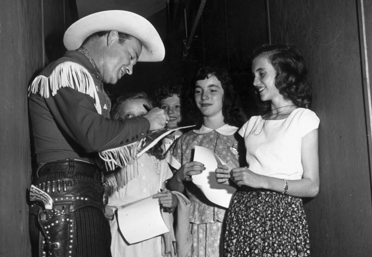 roy rogers signs autographs for young fans