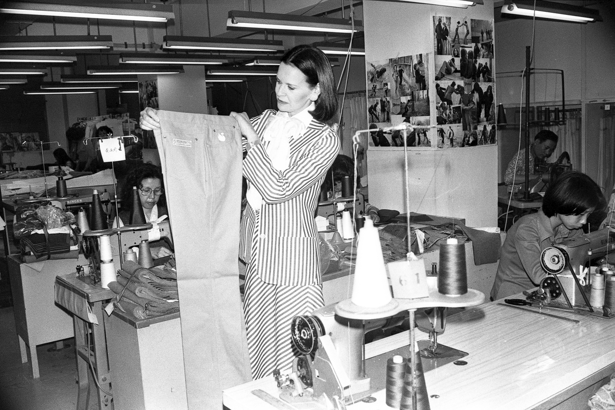 American fashion designer Gloria Vanderbilt visits Murjani, a Hunghom garment company where her jeans were made.
