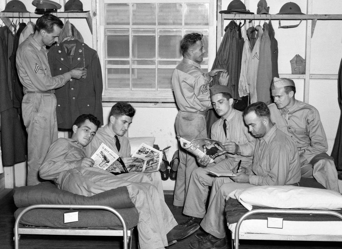 1940s AMERICAN SOLDIERS RELAXING IN BARRACKS READING MAGAZINES AND COMIC BOOKS