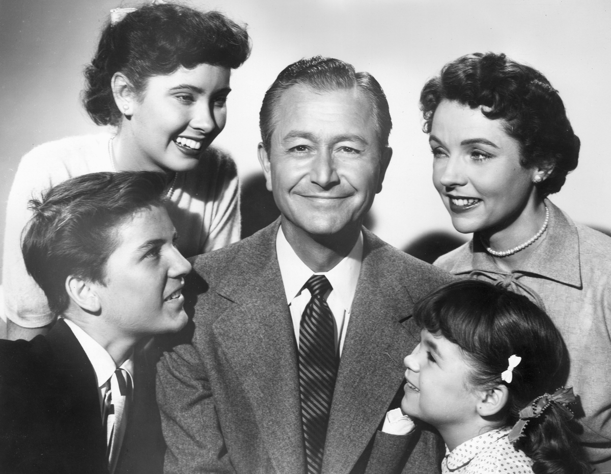 Promotional portrait of the cast of the television series, 'Father Knows Best'. Clockwise from lower left: Billy Gray, Elinor Donahue, Robert Young, Jane Wyatt and Lauren Chapin