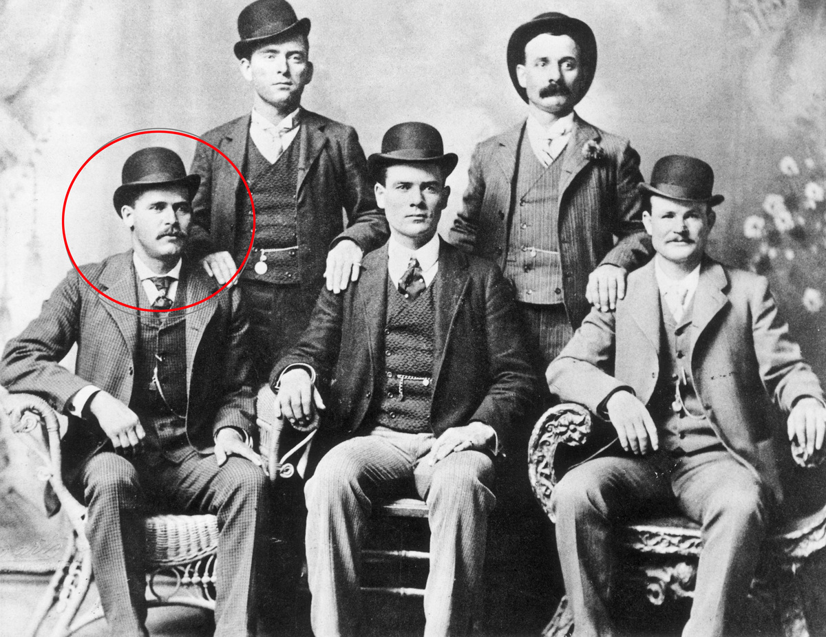 Portrait of the American outlaw gang The Wild Bunch, Texas. From left to right, standing: William Carver, Harvey 'Kid Curry' Logan. Seated: Harry 'Sundance Kid' Langbaugh (1870 - 1909), Ben 'The Tall Texan' Kilpatrick, Robert LeRoy 'Butch Cassidy' Parker (1866 - 1909).