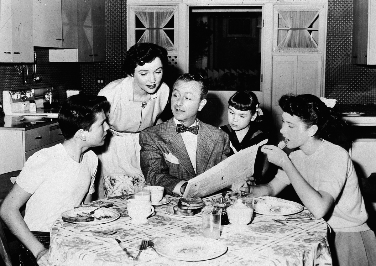 The Andersons eat at the kitchen table on the episode of 'Father Knows Best' titled 'The $10.00 Question,'