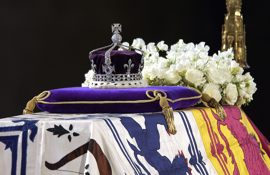 GettyImages-52108348 A Close-up Of The Coffin With The Wreath Of White Flowers And The Queen Mother's Coronation Crown With The Priceless Koh-i-noor Diamond.