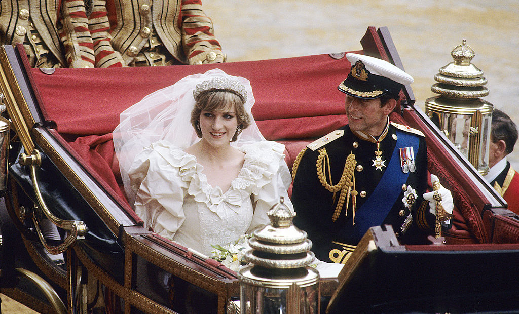 prince charles and princess diana riding in a carriage after their wedding
