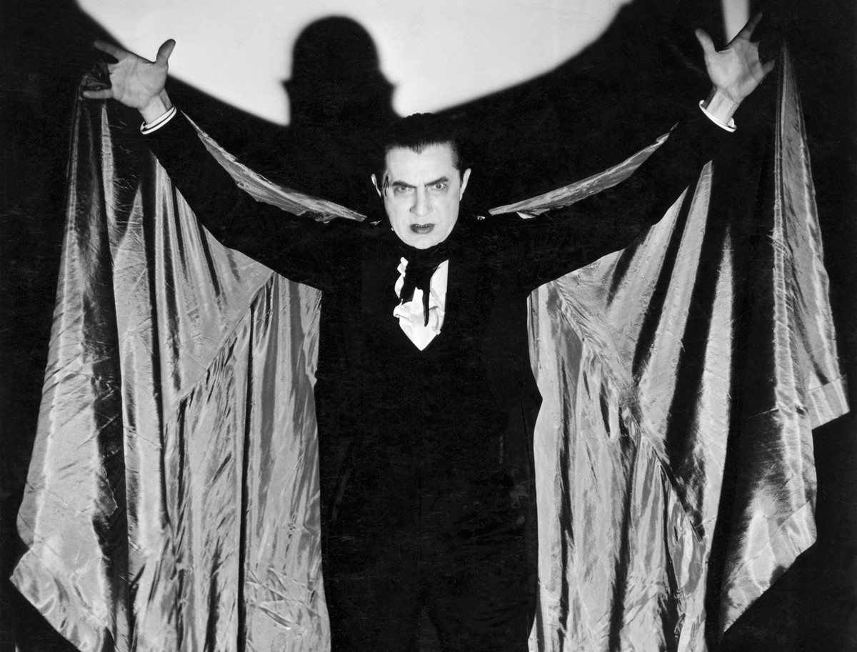 bela lugosi spreading his iconic cape
