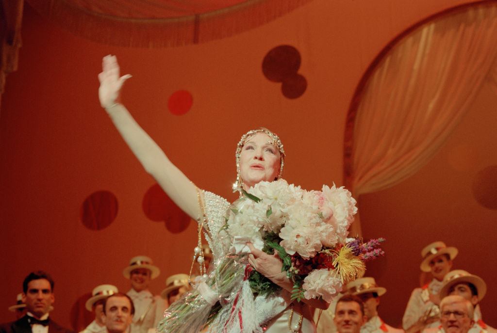 Julie Andrews waves at her final performance of Victor/Victoria.