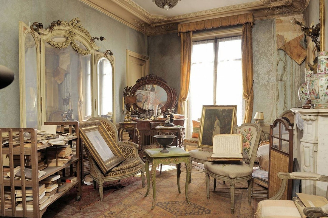 A room contains items and decor from the 1930s.