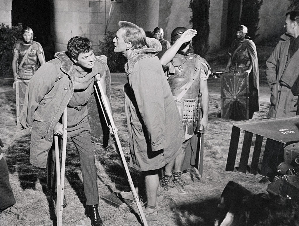 tony curtis on crutches while shooting spartacus