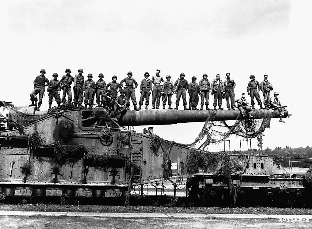 Soldiers on railway gun