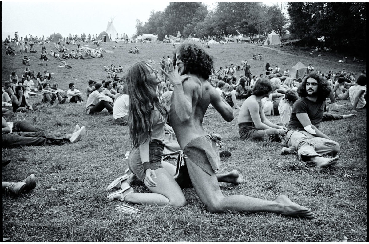 couple dancing at woodstock