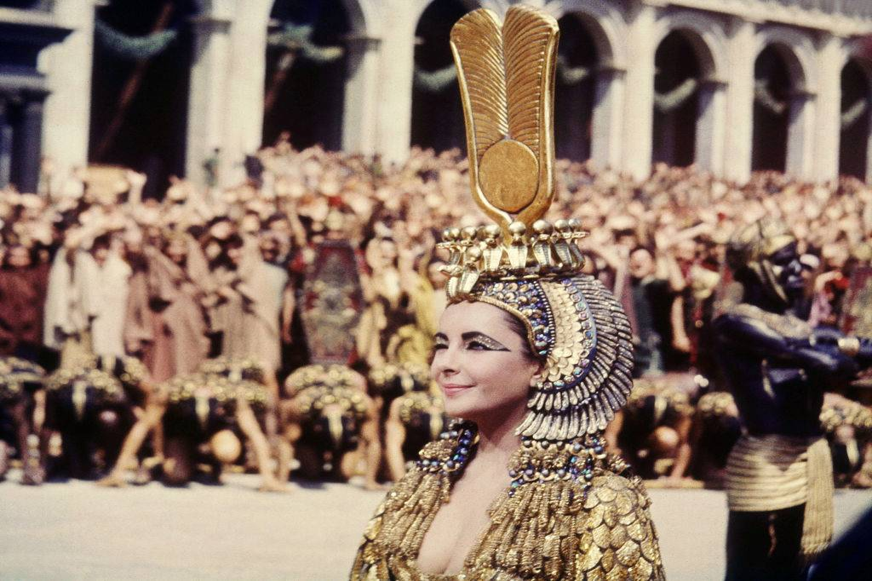 elizabeth taylor wearing her cleopatra costume