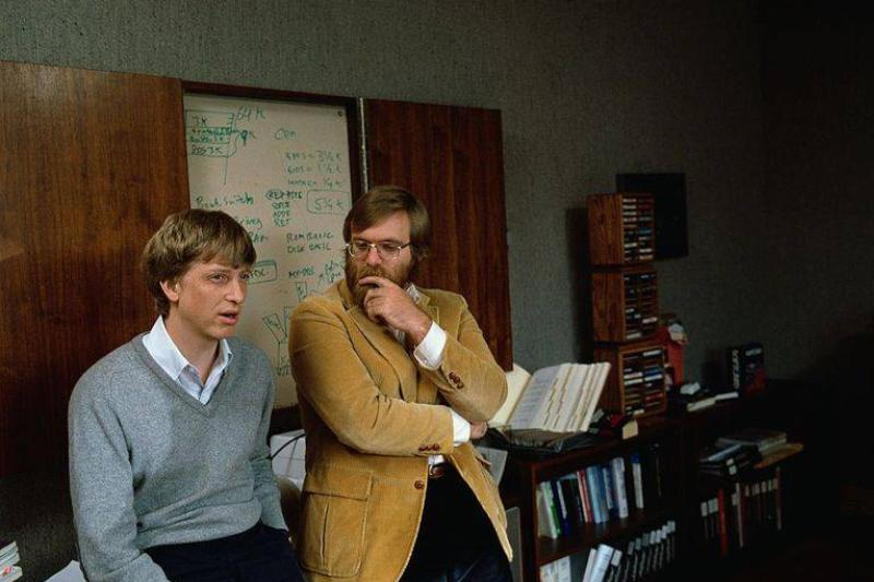 microsoft-co-founders-bill-gates-and-paul-allen-pose-for-a-news-photo-1573930026
