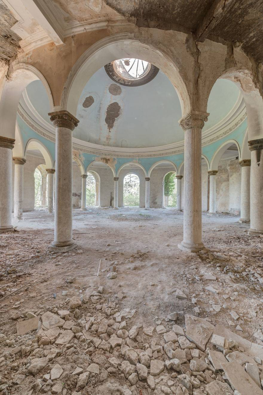 18-Images-that-will-let-you-escape-from-the-contemporary-world-through-abandoned-places-of-a-faded-past-5ec3eeffc7a13__880