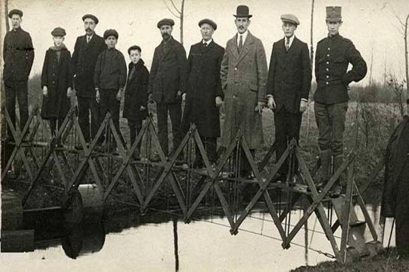 folding bridge for emergencies