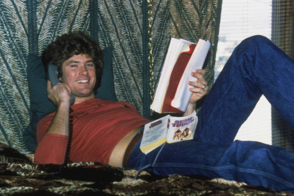 david hasselhoff taking on the phone and reading