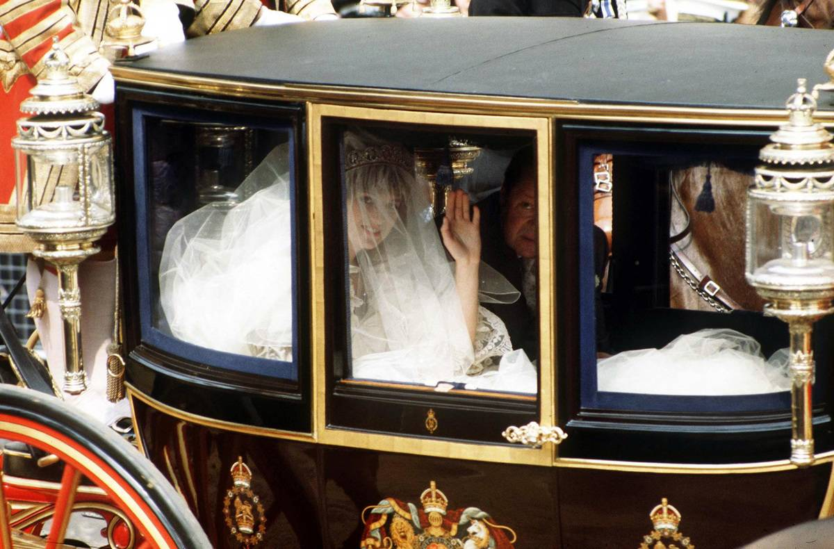 Lady Diana arrives to her wedding in a coach.
