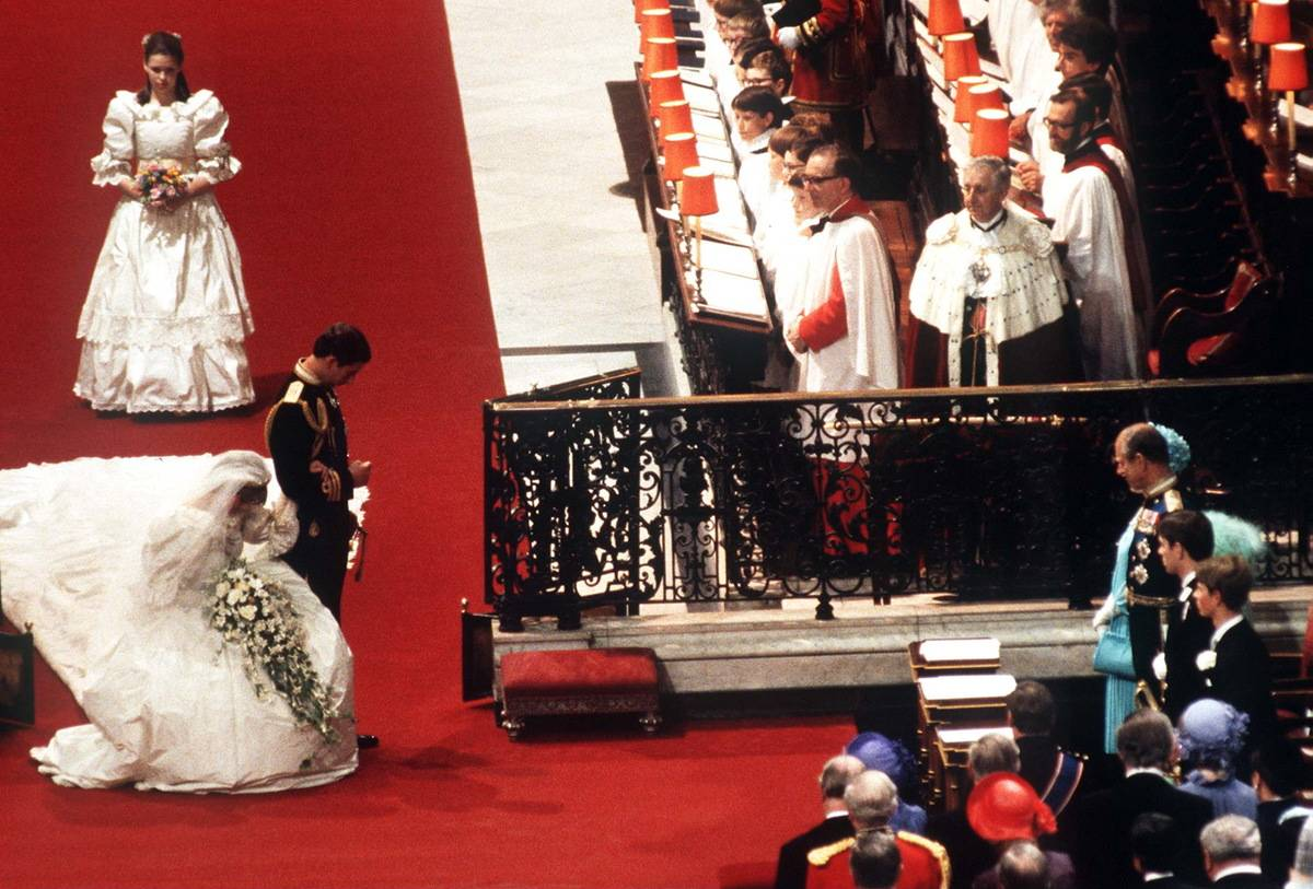 Lady Diana and Prince Charles curtsy to the Queen at the altar.