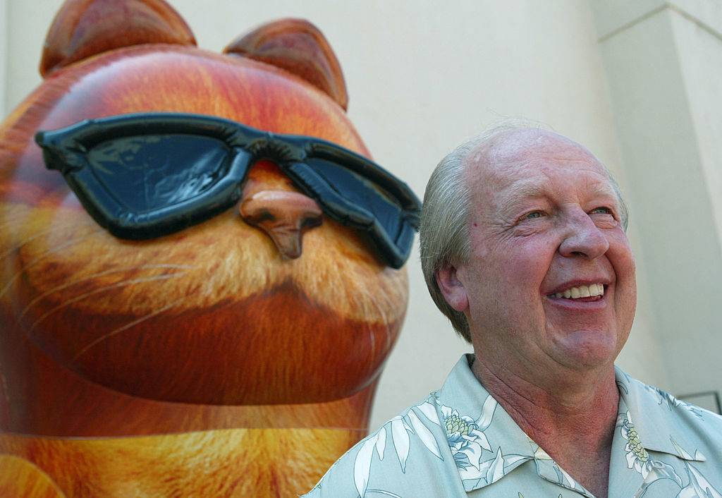 jim davis with a statue of garfield