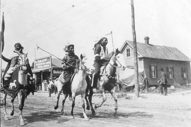 Native Americans race horses in the late 19th century.