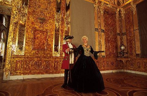 people in colonial clothes in the amber room