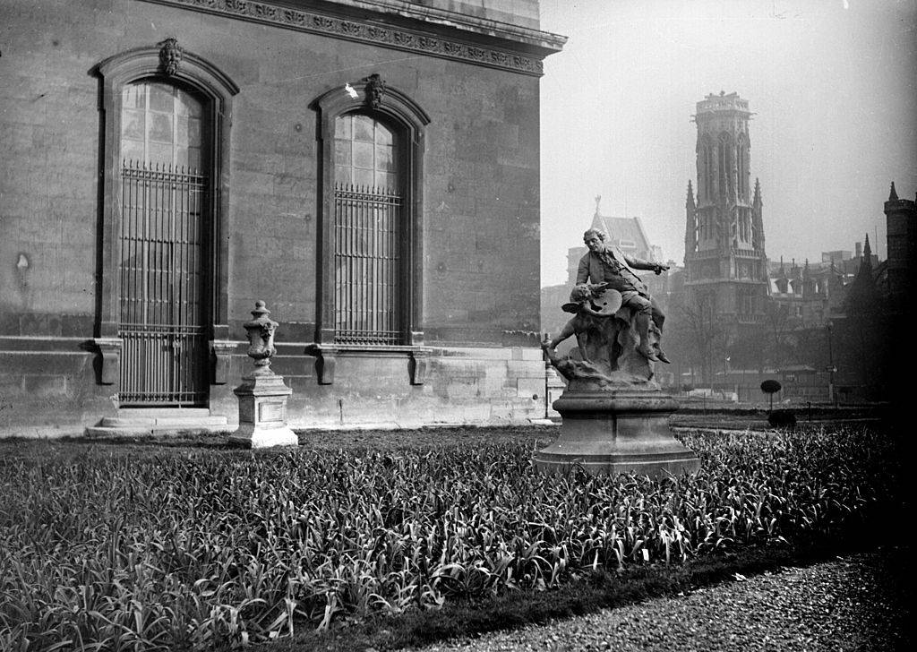 a statue outside france during world war ii