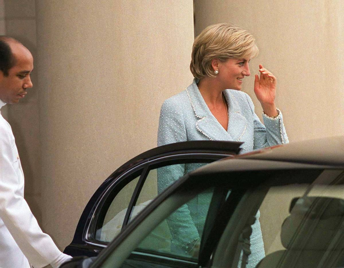 Diana wears a Chanel suit while visiting Washington, DC.