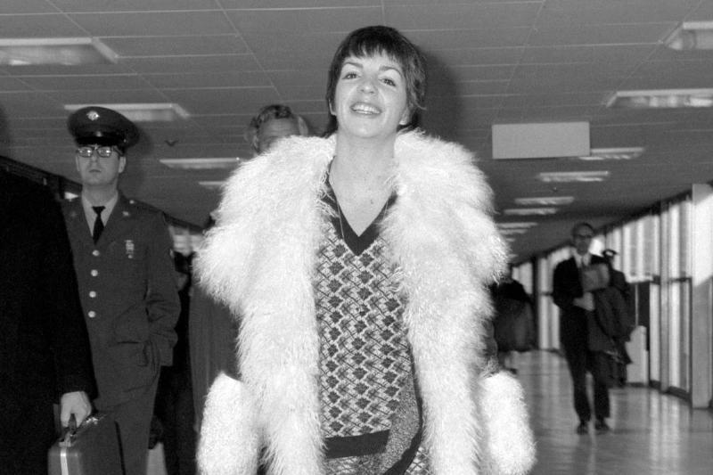 Liza Minnelli Walking Through The Airport