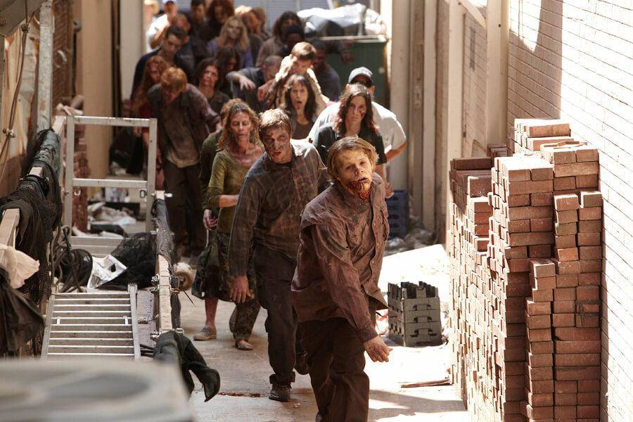 walkers-are-told-to-stay-completely-silent-while-filming-the-walking-dead-16499
