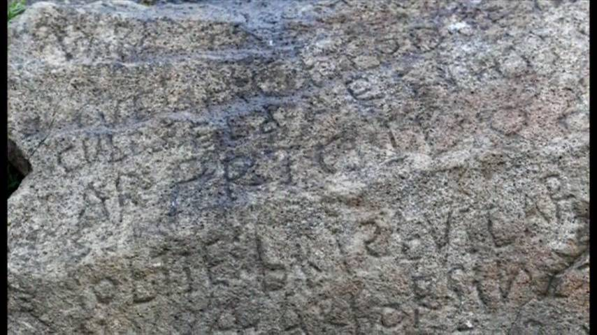 An image shows the carvings on the Plougastel-Daoulas rock, close-up.