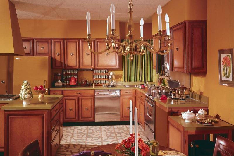A kitchen and dining area from the 1970s focuses on wood, earth colors, and a country feel.
