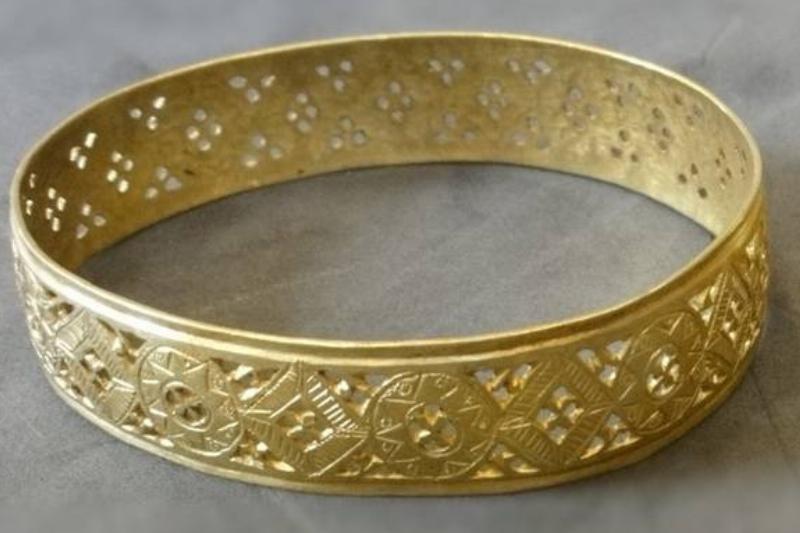 Hoxne_Hoard_two_gold_bracelets_side