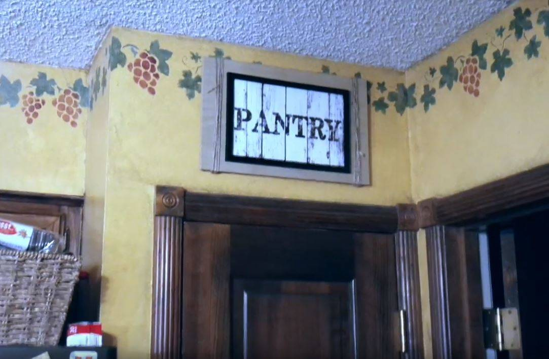 sign-that-says-pantry-above-the-pantry-in-a-kitchen.jpg-19616