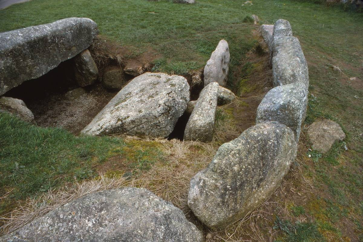 Large stones surround a tomb from the 3rd millennium.