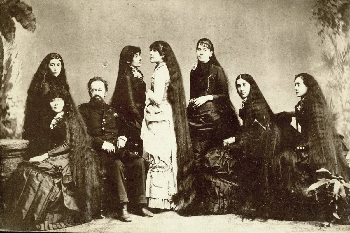 sutherland sisters posing for a photo with their father