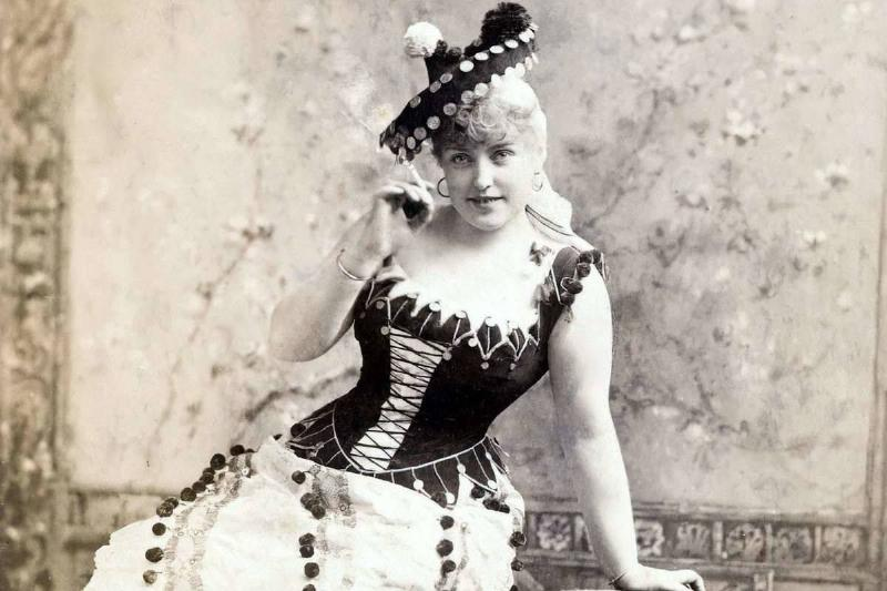 victorian woman wearing a hat